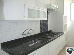Cozinha planejada com depurador e fogão cooktop. contato@queroumcanto.com.br