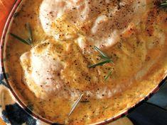 Ingredienti per 4 persone: 400 g di petto di pollo 3 dl di besciamella (ricetta QUI) 100 g di prosciutto cotto un tuorlo 2 rametti di rosmarino qualche fog