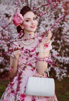 Photo: Muna Nazak Photography Makeup/Hairstyle by me Dress: Collectif Clothing / Misspoppywear Jewellery: Glitter Paradise Hairflowers: Jazzafine. pieces full of verve Bag: Vintage