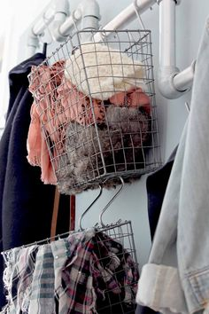 interieur idee voor een smalle hal: maak een kapstok van steigerbuis