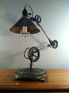 Staand lamp met motoronderdelen