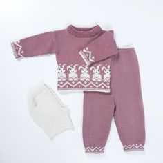 DG378-14 Bunnygenser, bukse & lue | Dale Garn Baby Girl Cardigans, Baby Barn, Diy And Crafts, Knitting, Sweaters, Blog, Fashion, Crochet Baby Clothes, Tutorials