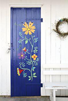 blomsterranke på uthusdør