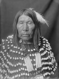 American Indians : Blackfoot Woman 1900 [b].