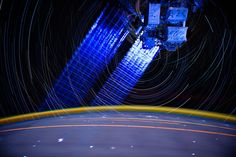 Las estrellas y las luces de la Tierra dejan rastros en esta fotografía. Los destellos blancos son relámpagos que iluminan las nubes (Donald R Pettit)