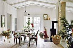 Weihnachtlich geschmücktes, schwedisches Esszimmer mit Kamin.