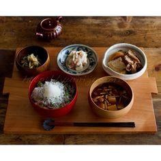 朝昼兼用ご飯。シラス丼に、ナメコと豆腐の味噌汁。あとは残り物的なもの。   @Yuri Goytacaz Takahashi- #webstagram
