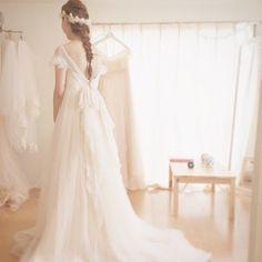 大胆に開いた背中にドキッ。たっぷり使われた生地のやわらかさと、ふんわり広がるシルエットにキュンキュンです♡三つ編みヘアを合わせて、まるで妖精のような花嫁さん。