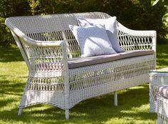 Canapé d'extérieur 3 places en résine tressée plate et armature en aluminium. Produit proposé par la boutique Décostock.