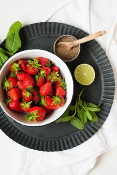 Erdbeer-Minz-Salat aus vier Zutaten. Super lecker und der perfekte 10-Minuten Healthy Snack - kochkarussell.com