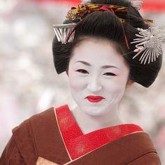 geisha / face / smile / hair / make up / kyoto / japan / photo by momoyama, via Flickr