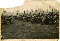 Żołnierze 10.BK na motocyklach Sokół 1000. Przed plutonem motocyklistów stoi Polski Fiat 508 Mazur. Jasienica – Jaworze dnia 3.XI.1938.