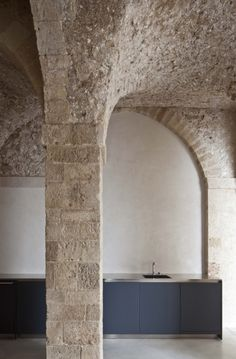 The language of minimalism embedded in a historic residence in Old Jaffa: Pitsou Kedem Architects honor and preserve the historical values of the structure whilst creating a contemporary atmosphere:. Architecture Renovation, Architecture Details, Home Deco, Pitsou Kedem, Mid-century Modern, Best Kitchen Designs, Stone Houses, Vaulting, Monuments