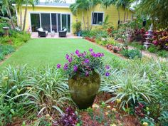 Private Paradise: Beautiful color year round in this South Florida garden by All. - Private Paradise: Beautiful color year round in this South Florida garden by Allison LaBossiere : H - Small Backyard Gardens, Backyard Garden Design, Modern Backyard, Outdoor Gardens, Veggie Gardens, Large Backyard, Backyard Ideas, Florida Landscaping, Florida Gardening