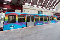 Inglaterra: Londres presenta su tres arcoíris