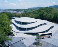 ホンマタカシが監督・撮影を手掛けた映画『建築と時間と妹島和世』妹島建築の魅力に迫る | NEWS | IMA ONLINE Japanese Architecture, Science Art, Urban Design, Osaka, Art Google, University, Mansions, House Styles