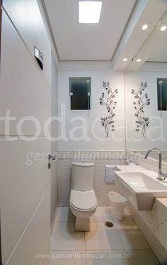 Banheiro com iluminação em led para maquiagem Decor, House, Cozy House, Ceiling Lights, Bedroom Design, Home Decor, Bathroom, Toilet, Plaster Ceiling