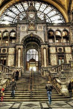 Antwerpen is prachtig!✨ Alleen het centraal station al, in Art Nouveau stijl, is adembenemend. Laat jouw hotel nu net tegenover dit mooie station zitten, in het hart van de stad dus. Beter kan niet!  https://ticketspy.nl/city-trips/goedkope-citytrip-antwerpen-hotel-het-hart-van-de-stad-met-ontbijt-va-e2950/