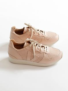 VEJA - Holiday Leather Low Top - Nude