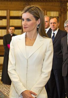 Smart and chic: Queen Letizia of Spain was wearing white as is standard protocol for a queen visiting the pope in Vatican City, Vatican on Covet Fashion, Fashion Beauty, Style Fashion, Spanish Royalty, Royal Beauty, Cut Her Hair, Don Juan, Princess Sofia, Queen Letizia
