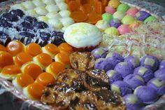 assorted filipino kakanin by dolor's kakanin Filipino Food Party, Filipino Dishes, Filipino Desserts, Asian Desserts, Filipino Recipes, Dessert Platter, Dessert Buffet, Dessert For Dinner, Desserts Menu