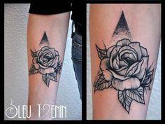 #tattooed #tattootime #inked #inkedgirl #rosetattoo #flower #triangle #dotwork #girly #classy #simple Merci pour ce joli projet!