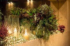 Cantinho dos bem casados com papel off white, fita verde.decoração com velas e folhagens. Foto: Helson Gomes