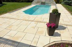Ein Pool eingerahmt mit WESERWABEN-Opus Terrassenplatten. Sieht nach Sommer und Urlaub aua! Opus, Patio, Outdoor Decor, Home Decor, Stairway, Vacation, Summer, Ad Home, Decoration Home