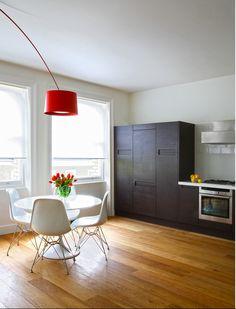 MASINFINITO CASA - Objetos Destacados: Tulip Table Diseño de Eero Saarinen & Eames DSR Chairs