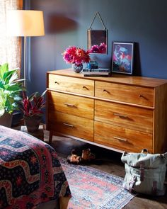 Check it out Mid-century Dresser from west elm The post Mid-century Dresser from west elm… appeared first on Home Decor Designs . Sweet Home, Style At Home, Navy Blue Bedrooms, Mid Century Modern Bedroom, Mid Century Modern Dresser, Home Decor Bedroom, Warm Bedroom, Bedroom Ideas, Bedroom Colors