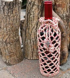 Crochet Wine Bottle Gift Bag or Water Bottle by CageFreeFibers Wrapped Wine Bottles, Bottles And Jars, Crochet Home, Cute Crochet, Bottle Bag, Water Bottle, Wine Bottle Covers, Wine Craft, Crochet Projects