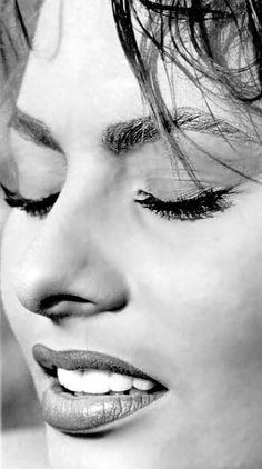 Sophia Loren, great close-up of her face. Divas, Classic Beauty, Timeless Beauty, Looks Black, Black And White, Sophia Loren Images, Italian Actress, Italian Beauty, Vintage Beauty