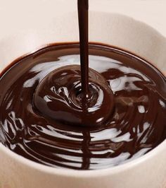 Tempering is a method of heating and cooling chocolate. Proper tempering gives chocolate a smooth and glossy finish. How To Temper Chocolate, Café Chocolate, Chocolate Trifle, Tasty Chocolate Cake, Chocolate Desserts, Chocolate Pudding, Pasta Torte, Chocolate Cupcakes Decoration, Cake Recipes