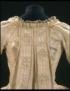 1770-1779, France - Sack back gown - Figured silk, silk bobbin lace, pleated, lined with linen, hand sewn