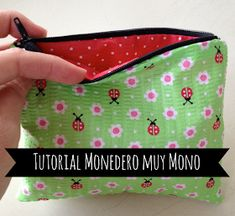 """Tutorial monedero muy """"mono"""": Lote 93 Handmade Bags, Craft Tutorials, Clutch Wallet, Zipper Pouch, Sewing Hacks, Dressmaking, Sewing Patterns, Coin Purse, Patches"""
