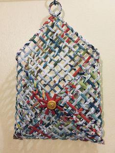 Canasta colgante multiusos realizada con papel reciclado por Lourdes Vancampo Fousse