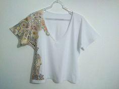 Camisa Branca Pintada à Mão Livre <br>Gola V <br>100% algodão <br>Malha Penteada <br>Tamanho Único (38 à 42)