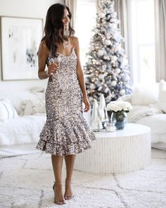 aaTv izle : The Perfect Holiday Party Looks Outfits Cute Christmas Party Outfits, Christmas Fashion Outfits, Holiday Outfits, Holiday Dresses, Outfits Fiesta, What To Wear To A Wedding, Nye Dress, Wrap Around Dress, Party Looks