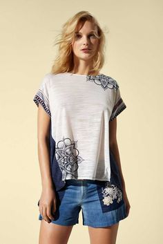 Blue T-shirt with a geometric print and a longer hem at the back. Discover Desigual Spring/Summer collection!