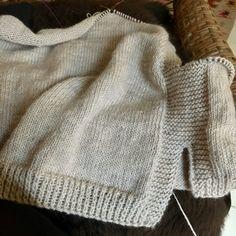 Løs vest med slidser - susanne-gustafsson.dk Slip Stitch Knitting, Lace Knitting, Knit Crochet, Knit Vest Pattern, Knitting Patterns, Lace Wrap, Knitted Shawls, Facon, Textiles