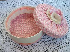 Caixa redonda revestida com tecido, repare no detalhe da parte interna com babado de tecido solto com o mesmo tecido da lateral externa.