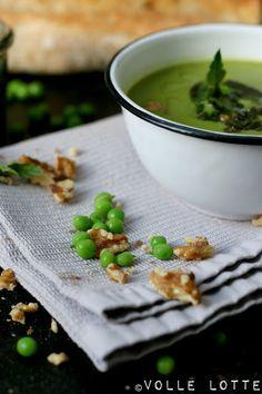 Ein Knaller! Erbsen-Kokos-Suppe mit Walnuss-Minz-Pesto