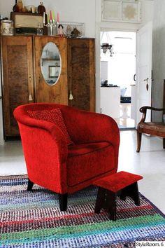 punainen,nojatuoli,räsymatto,peilikaappi,värikäs koti