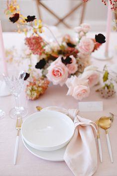 Shooting d'inspiration : Evasion automnale en rose poudré - Fleuriste spécialisée en mariages et wedding design en Alsace Alsace, Tablescapes, Food Porn, Table Settings, Table Decorations, Amazing, Pink, Wedding, Design