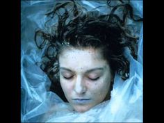 Wrapped in plastic. How could I Laura Palmer?Misc/Archived/Old Shows - Twin Peaks - Cast Promotional Photos - Laura Palmer 01 Serie Twin Peaks, Twin Peaks 1990, David Lynch Twin Peaks, Log Lady Twin Peaks, Twin Peaks Season 1, Twin Peaks Poster, Laura Palmer, Stanley Kubrick, Alfred Hitchcock