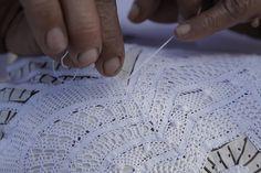 Renda Renascença A origem desta renda vem século XVI, na Europa. Sua trama é executada a partir de um desenho feito em papel manteiga e fixado em uma almofada, que serve de guia para o trançado com a agulha, utilizando linha e fita de algodão.