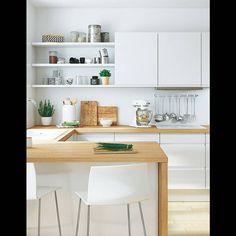 Mixez étagères et placards pour varier les rangements Une cuisine blanche épurée avec un plan de travail en bois