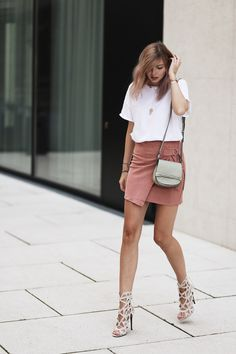 Cut out heels and a blush pink suede skirt are the cutest outfit! Via bekleidetTee: Mango, Skirt: Misguided, Shoes: Misguided