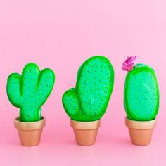 Learn how to create these cute DIY potted cactus macarons perfect for summer parties and favors!