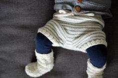 Se lige de små lækre ben i strømpebukser og strikkede shorts – hvem kan stå for det? Ikke mig i hvert fald... Det er simpelthen for kært. ♡ Generelt er vi vilde med strik herhjemme, og bruger det d...